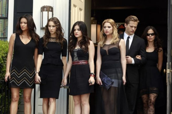 xpretty-little-liars-season-premiere-pic.png.pagespeed.ic.OfZxlSvcHh